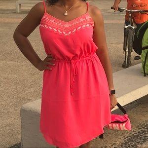 Dresses & Skirts - Coral Midi Dress sz M